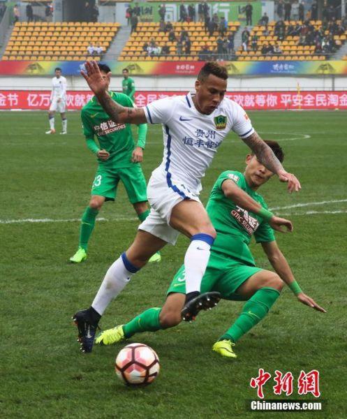 北京时间3月11日下午,中超联赛第2轮,贵州恒丰智诚队主场迎来北京中赫国安队的挑战。上半场法图斯头球打破僵局,伊尔马兹单刀扳平,下半场国安有两次破门良机都没有把握,最终双方1-1战平。贵州连续两轮收获平局保持不败,积2分;而北京国安则未尝胜绩,本轮拿到本赛季第1个积分。图为贵州恒丰智诚10号切里进攻。 中新社发 张晖 摄