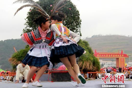 跳花节上,青年男女欢歌笑舞。 祖大华 摄