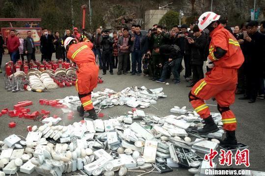消防人员在销毁假冒伪劣消防产品。 刘鹏 摄