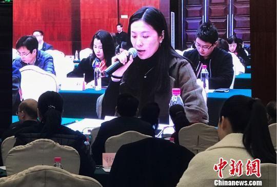 图为京东贵州负责人作为企业代表为消费者答疑。 黄蕾瑾 摄