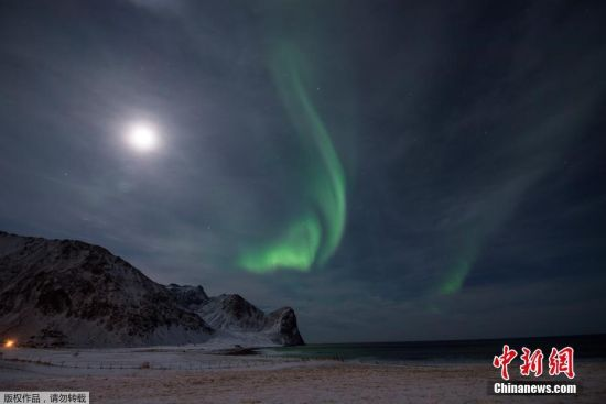 近日,挪威Unstad镇上空出现极光,奇幻美丽如从山口喷出。