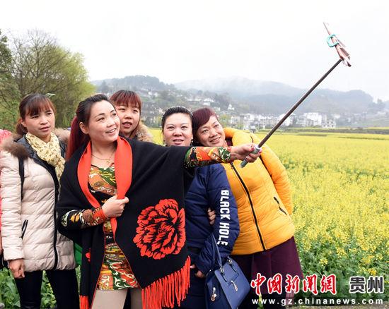 游客在花海美景前拍照 陈金 摄