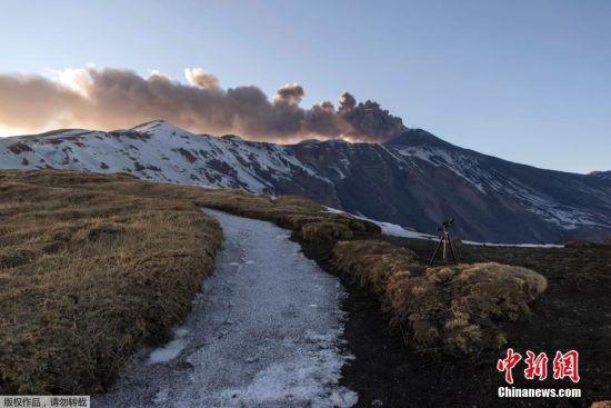 当地时间3月16日,位于意大利西西里岛的埃特纳火山爆发。喷出的岩浆流入积雪,引起强烈爆炸,将岩石炸向空中,造成10人受伤。据悉,埃特纳火山喷发时,山峰附近有人员受伤,包括在当地拍摄影片的英国广播公司(BBC)电视工作人员。意大利当局表示,火山喷时,山上有约35名游客。