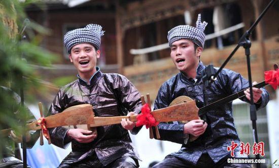 3月18日,贵州省从江县举行侗族琵琶歌、牛腿琴歌大赛,来自周边侗族村寨78支侗歌队参加。图为侗族歌队在比赛。 中新社记者 梁光源 摄