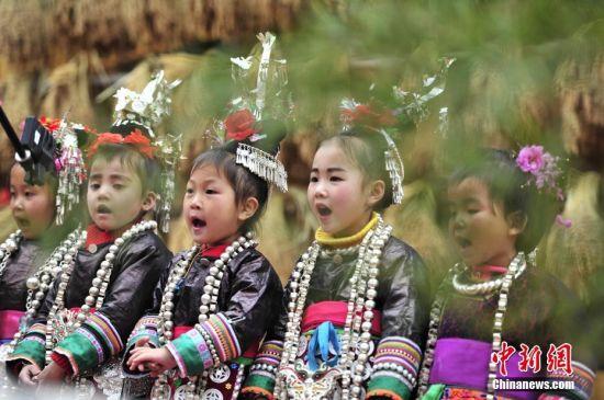 侗族小朋友在演唱侗族大歌。 中新社记者 梁光源 摄