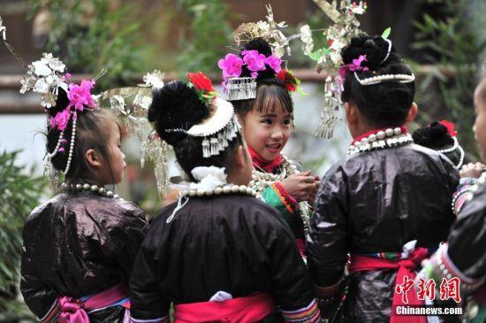 在现场的侗族小朋友。 中新社记者 梁光源 摄
