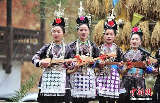 侗族歌队在比赛。 中新社记者 梁光源 摄