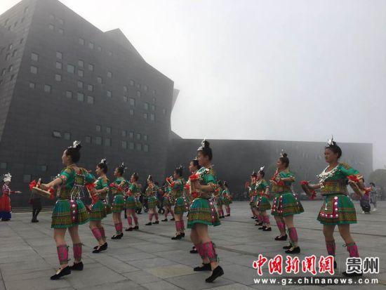 大会开始前民族特色表演。