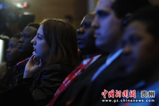 会场上国际友人认真聆听。
