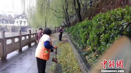 贵阳市遭遇冰雹后,环卫工人在清洁道路 李淑珍 摄
