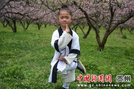 小朋友在桃园中练习道教武术 金玉龙 摄