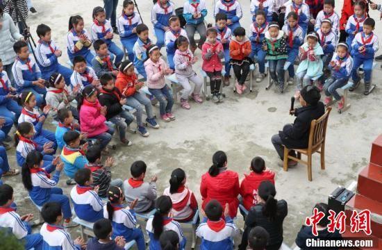 黄大发到村小学给学生讲修大发渠的故事。贺俊怡 摄