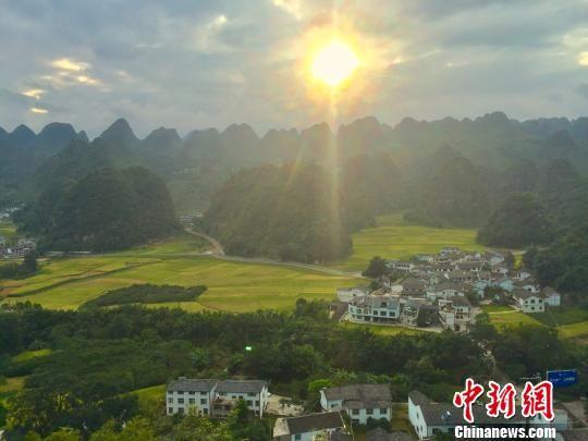 在青山绿水环抱之间的贵州兴义市纳灰村。 刘鹏 摄