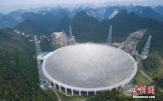资料图:2016年9月25日,世界最大单口径射电望远镜――500米口径球面射电望远镜(简称FAST)在贵州平塘县克度镇喀斯特洼坑中落成。图为2016年9月24日航拍落成前夕的FAST。 贺俊怡 摄