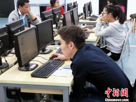 参考外国学生考试中。 张曼芝 摄