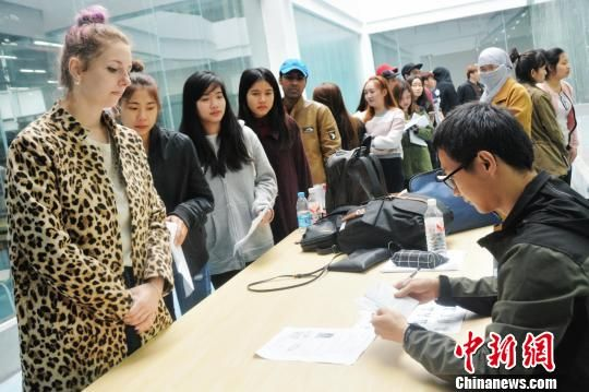 监考人员核对参考外国学生信息。 张曼芝 摄