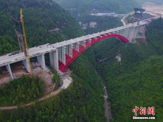 大桥为结构连续t梁上承式钢管砼变截面桁架拱桥,跨径为300米,桥长839