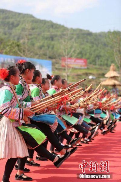 苗族女孩跳芦笙舞。中新社记者 贺俊怡 摄