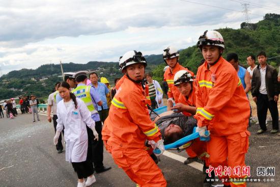 图为消防队员在进行救援。
