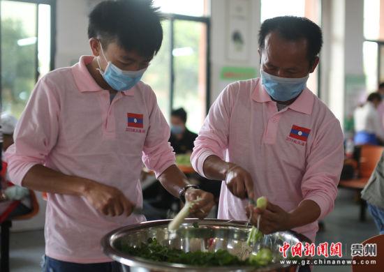 图为老挝留学生在制作老挝的传统美食。