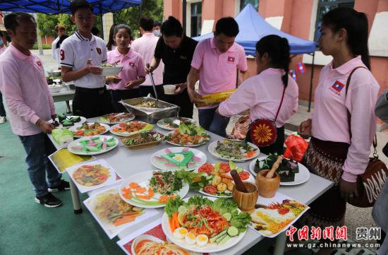 图为老挝留学生在展示老挝的传统美食。通讯员 张晖 摄
