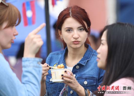 图为美国留学生在品尝美食。通讯员 张晖 摄。