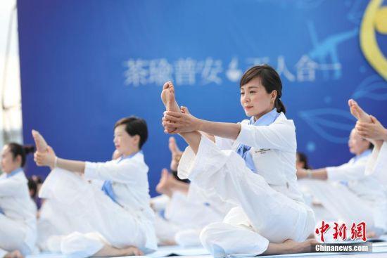 图为瑜伽选手在赛前进行瑜伽展示。贺俊怡 摄