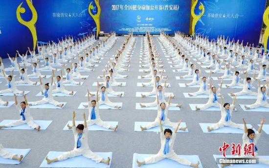 图为航拍瑜伽选手进行赛前展示。贺俊怡 摄