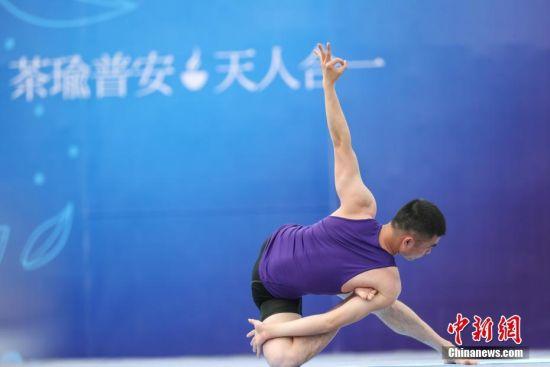 图为一名瑜伽运动员在进行比赛。贺俊怡 摄