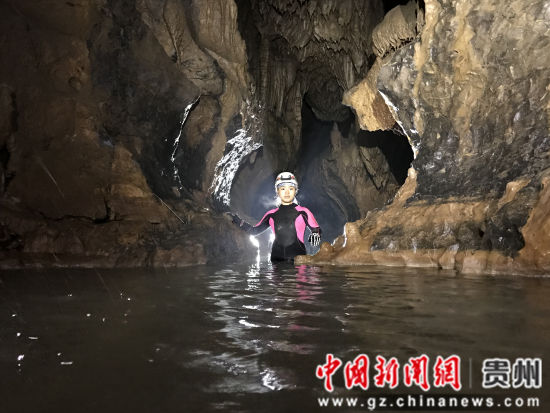 图为探险队员在洞穴发现水源。曾学浩 摄