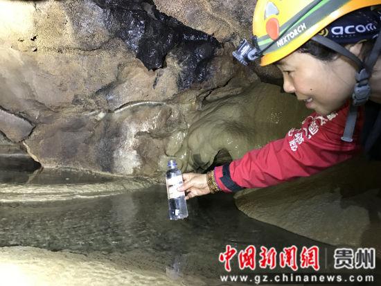 图为探险队员在洞穴内发现水源。曾学浩 摄