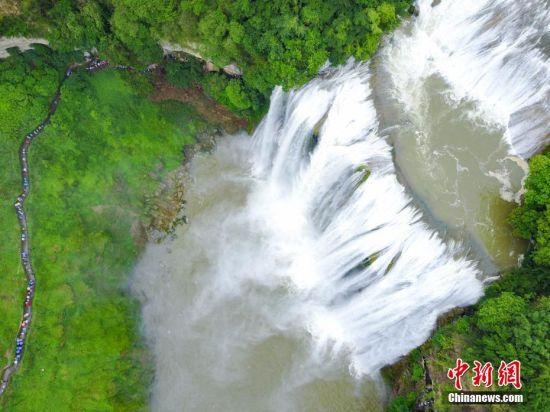 俯瞰黄果树瀑布。 中新社记者 贺俊怡 摄