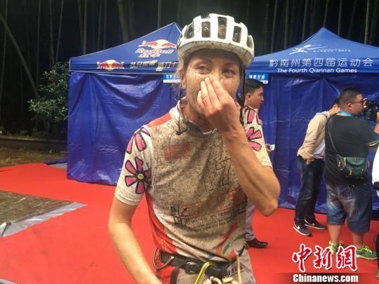 国际山地运动挑战赛24日贵州瓮安开幕,图为开幕式当天运动员比赛场景。 谢飞 摄
