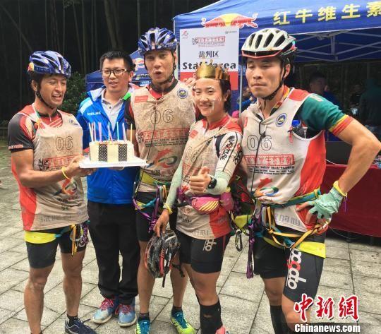 国际山地户外运动挑战赛第一赛段比赛结束,运动员满身泥泞。 王林成 摄