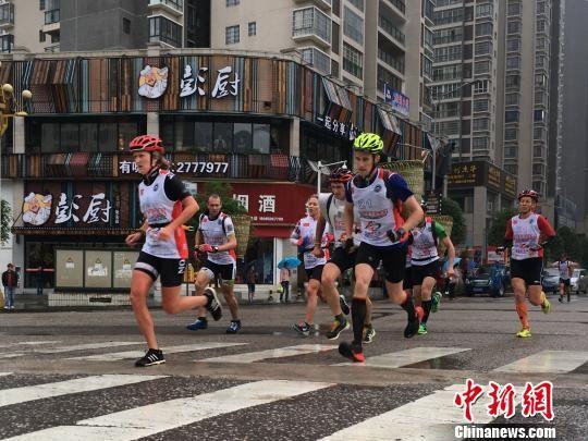 """国际山地运动挑战赛24日贵州瓮安开幕,来自17个国家和地区的运动员背上具有贵州特色的""""背篓""""负重比赛。 王林成 摄"""