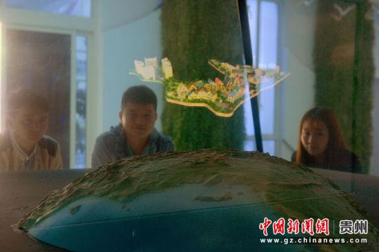 市民在百鸟河数字小镇产品发布厅参观3D立体投影。