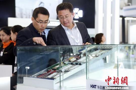 图为观众观赏贵州华芯通半导体服务器芯片。 张伟 摄