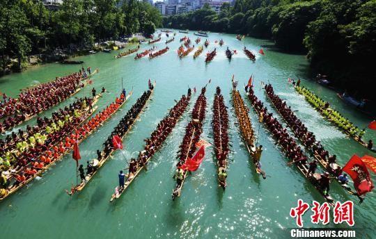 端午节期间,贵州省铜仁市碧江区在锦江河上举行龙舟巡游展演活动。 龙元彬 摄