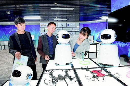 图为客户体验尔朵机器人。