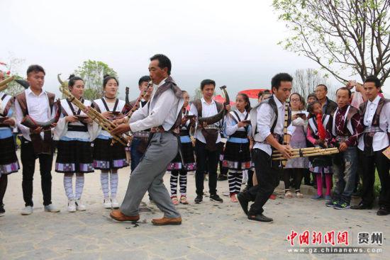 图为苗族民众在吹奏芦笙。