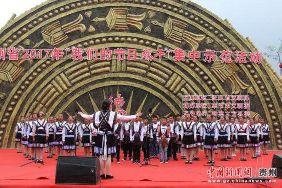 图为兴隆乡民族小学学生在表演《公民道德歌》。