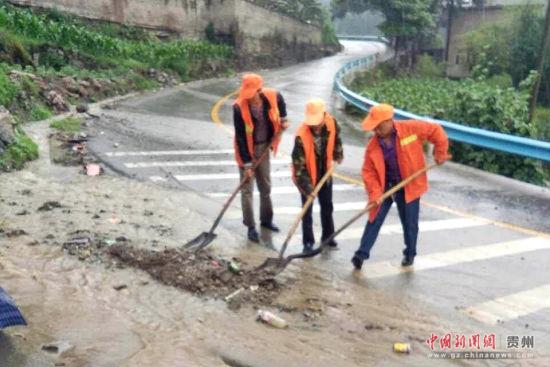 图为开阳段职工清理路面。