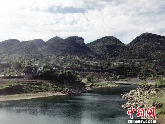 聚焦贵州 热点新闻    同属于黔西县的素朴镇古胜村,自2006年开始实施