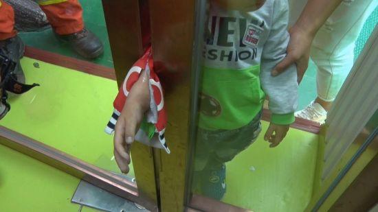 """pk10最牛稳赚模式4码:凯里开发区一幼儿园玻璃门""""吃掉""""3岁男孩手腕"""