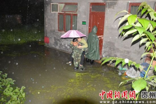 网上赌博注册送钱:滂沱大雨夜降黔西_消防官兵紧急出动连续作战