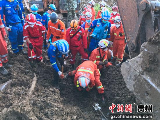 图为纳雍大队救援人员在现场救援。