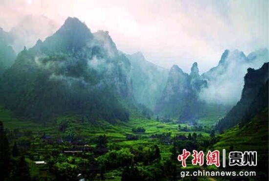 """""""十二背后""""是一个风景区的统称,它包括了绥阳县境内600平方公里内的双"""
