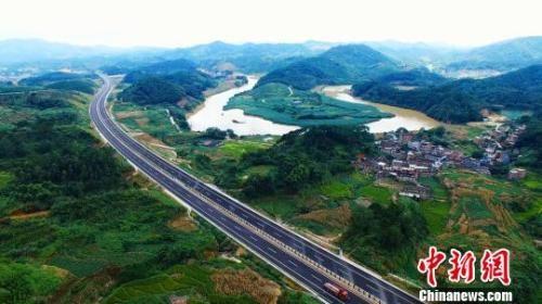 图为贵港至合浦高速公路路面成型路段,沿线景色优美。 罗朝宇 摄