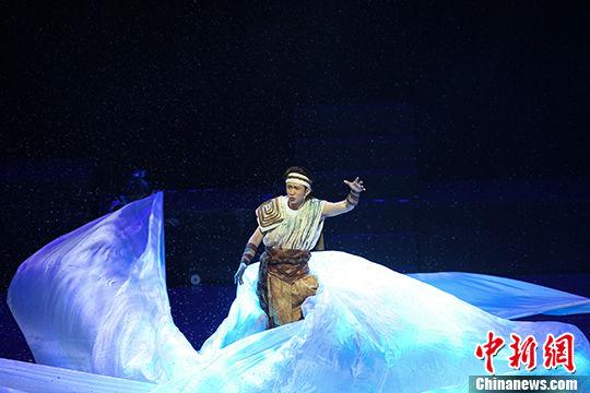 图为上半场二《遇见》唱段一:风雪狂歌。 中新社记者 瞿宏伦 摄