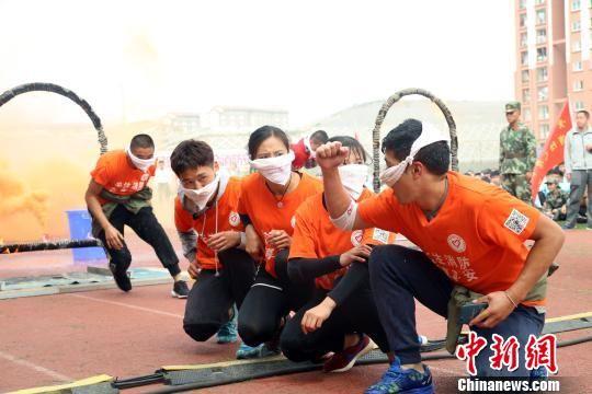 参演学生齐心协力进行逃生演练。 王世龙 摄